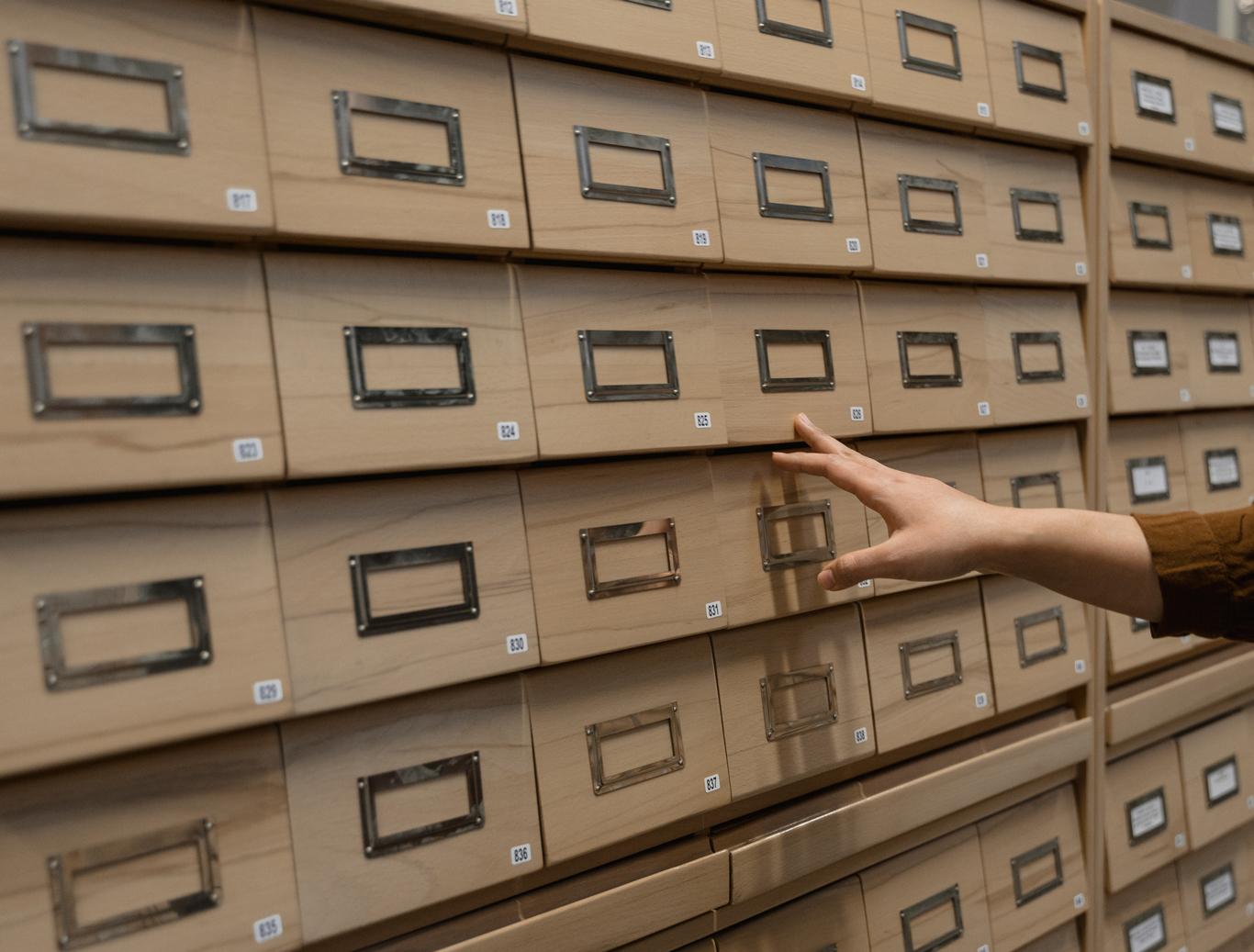 Fichier de recherche à tiroirs en bibliothèque