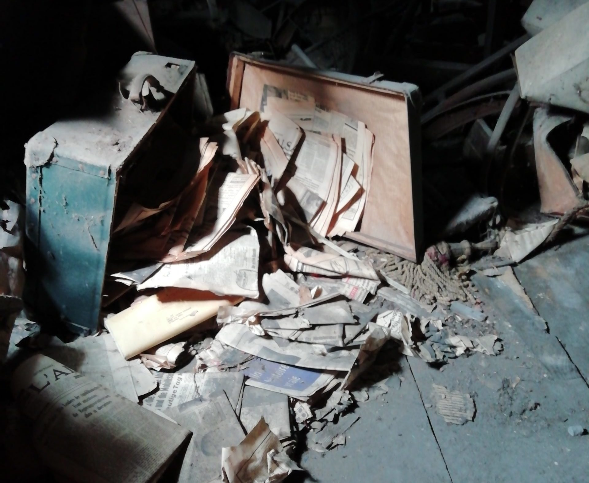 Vrac d'archives tombé d'une valise